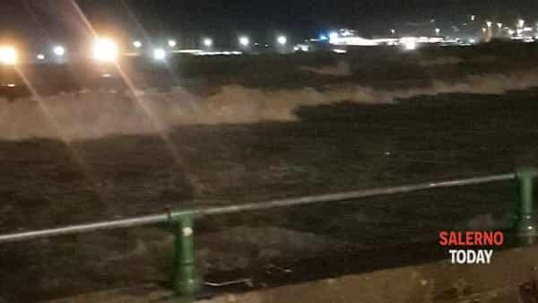 Maltempo a Salerno: la potenza delle onde sul Lungomare