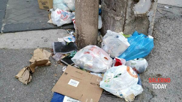 Degrado a Torrione: micro discarica in via Robertelli, la protesta
