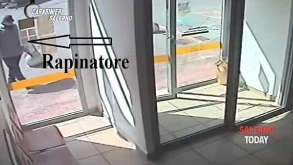 Rapina all'ufficio postale di Giffoni Valle Piana: ecco il video