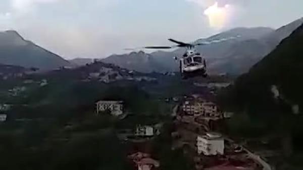 Auto precipita e fa un volo di 30 metri, a Giovi Montena: il salvataggio delle 2 ragazze