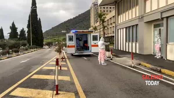 """Coronavirus, giovane trasferito da Salerno al """"Cotugno"""": il video"""