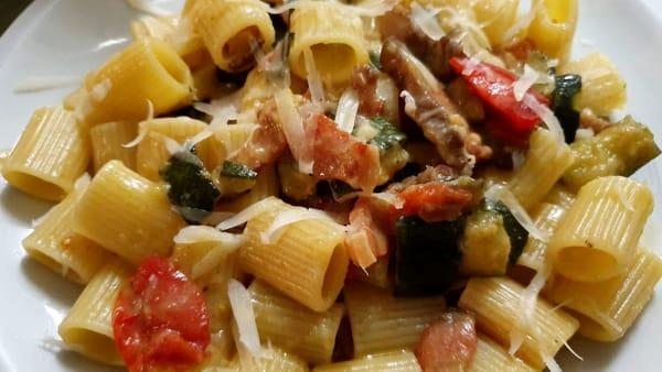 Mezze maniche con zucchine, pomodorini e guanciale: la ricetta