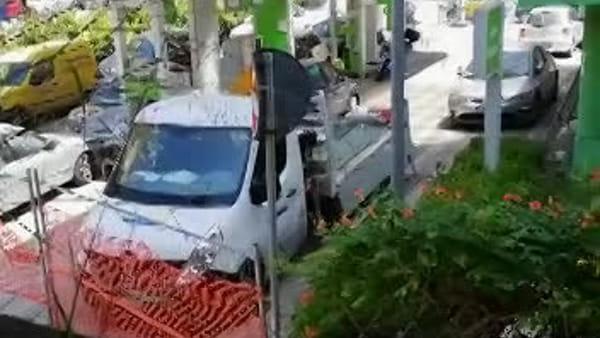Rifiuti e sosta selvaggia, chiusa l'area dell'ex stazione di servizio in Piazza Naddeo: il video