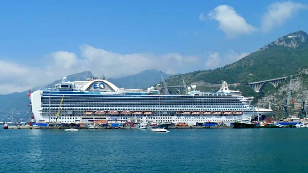 "Porto di Salerno, è attraccata la nave da crociera ""Emerald Princess"""
