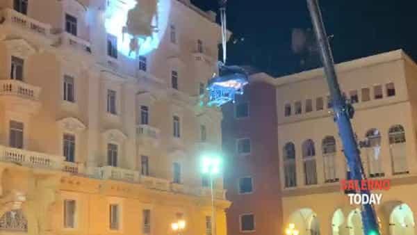 Pianista sospeso nel vuoto a piazza Amendola: il video