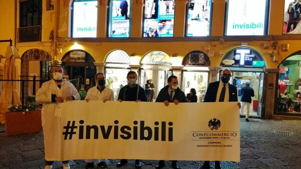 "Commercio in crisi, negozianti ""invisibili"" scendono in piazza a Salerno"