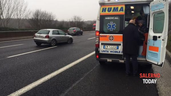 Brutto incidente sull'A3, auto si schianta contro il guard rail: un morto