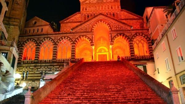 No alla violenza sulle donne: Duomo di Amalfi in rosso
