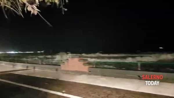 """Mareggiata sul Lungomare: il video di """"Solo per chi Ama Salerno"""""""