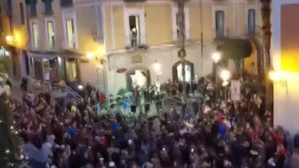 """Jingle bell"" cantato dal coro Gospel in Piazza Portanova"