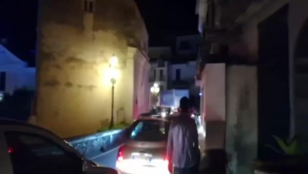 Cetara: ambulanza bloccata, tra tir e altri mezzi pesanti: il video