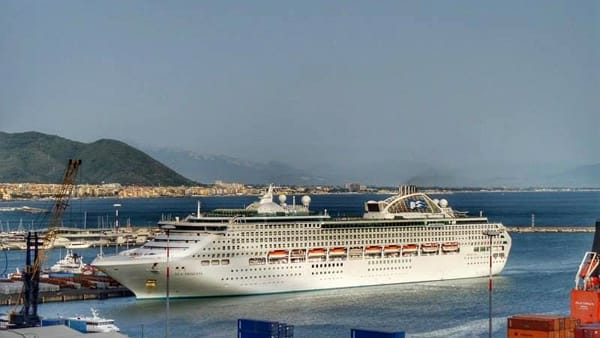 "Porto di Salerno, è attraccata la nave da crociera ""Sea Princess"""