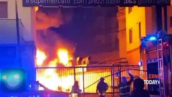 Incendio a Salerno, nel deposito del 365 di via Mobilio