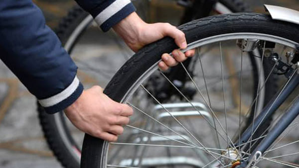 Hashish nell'ombrello: arrestato spacciatore a bordo di una bici a Battipaglia