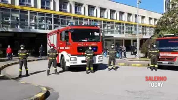 I Vigili del Fuoco omaggiano il personale del Ruggi: il video
