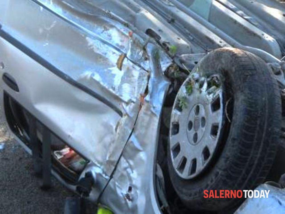 Incidente a Teggiano, auto sbanda e si ribalta: salvata una ragazza
