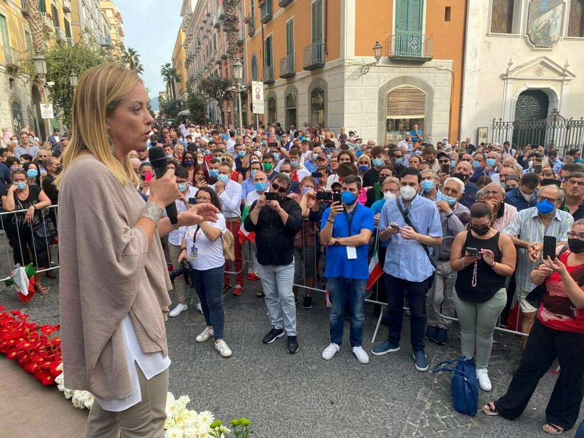 """Elezioni a Salerno, la Meloni in piazza Portanova: """"Basta pagliacciate di De Luca, scegliete Sarno"""""""